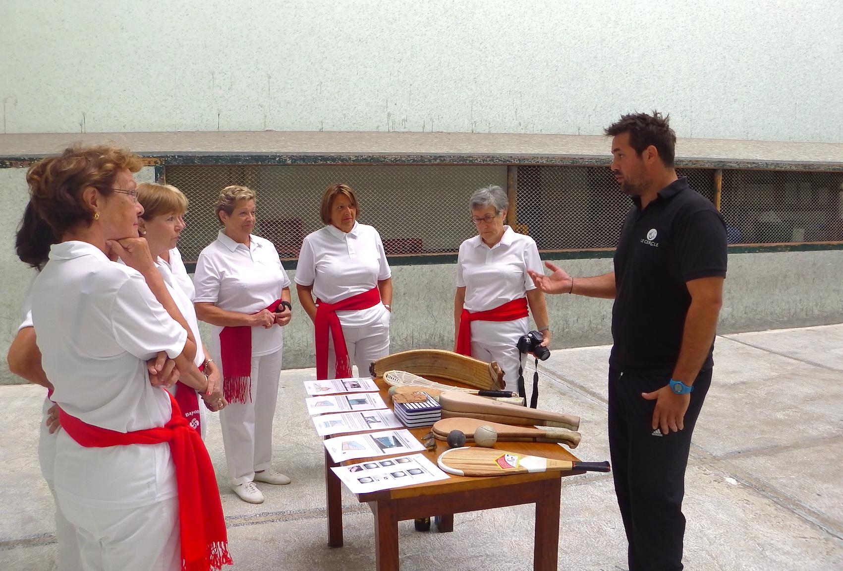 journée-visite-saint-jean-de-luz-agence-voyage-pays-basque-initiation-pelote-basque-1
