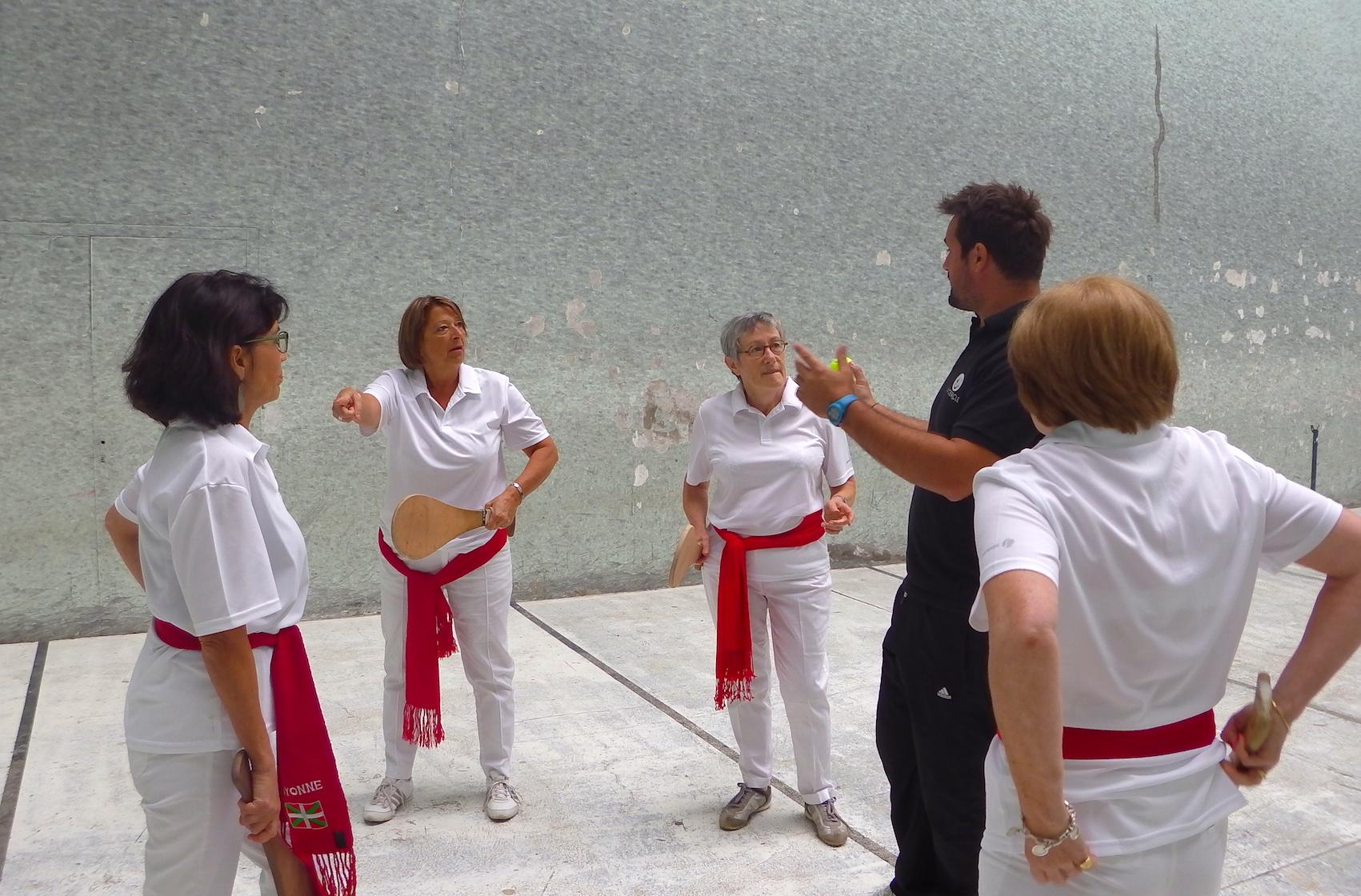 journée-visite-saint-jean-de-luz-agence-voyage-pays-basque-initiation-pelote-basque-11