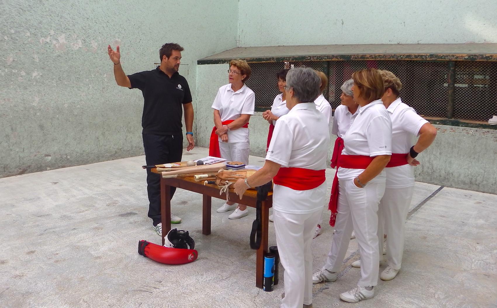 journée-visite-saint-jean-de-luz-agence-voyage-pays-basque-initiation-pelote-basque-2