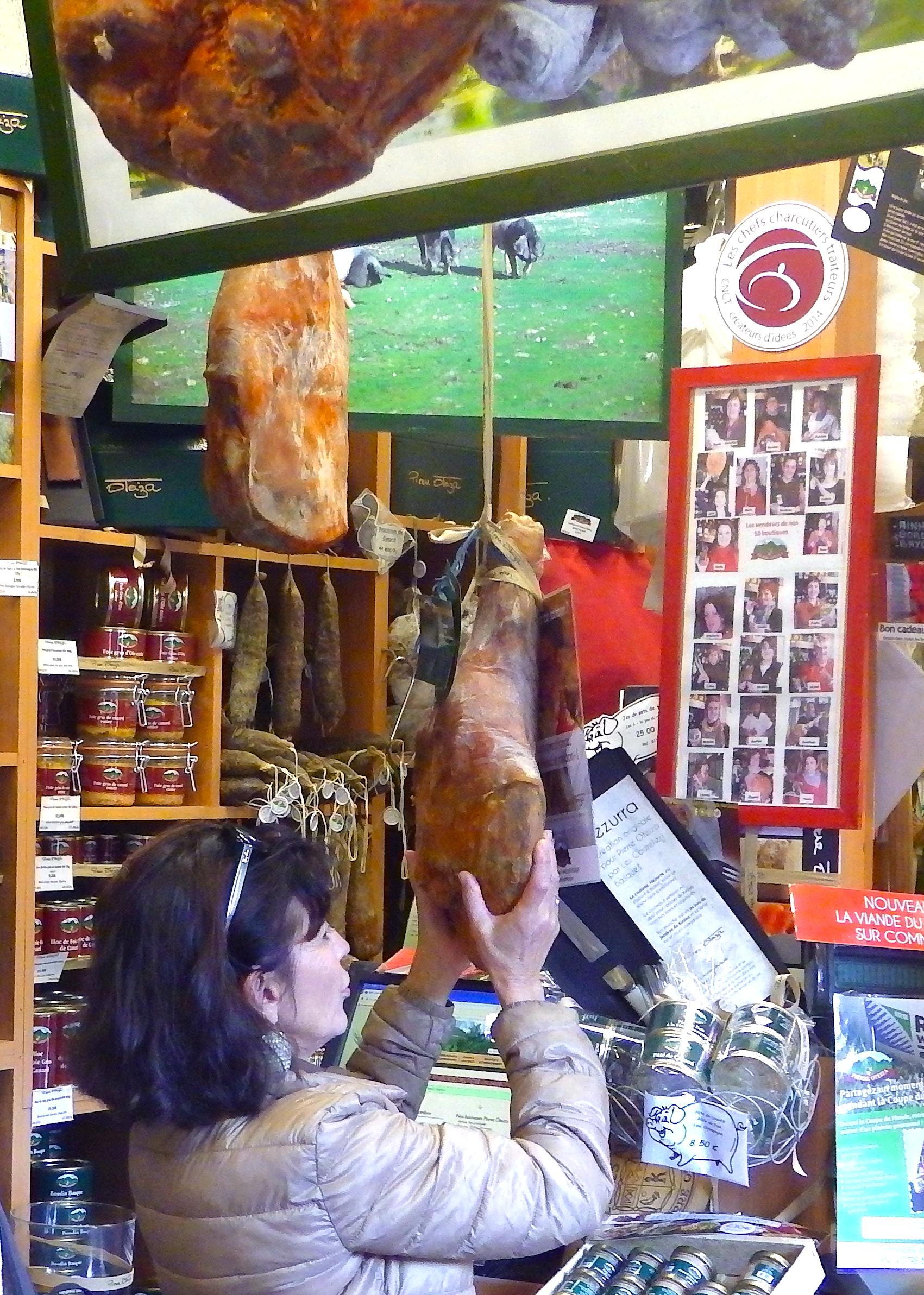 journée-visite-guidée-saint-jean-de-luz-agence-voyage-pays-basque-degustation-charcuterie-pierre-oteiza-25