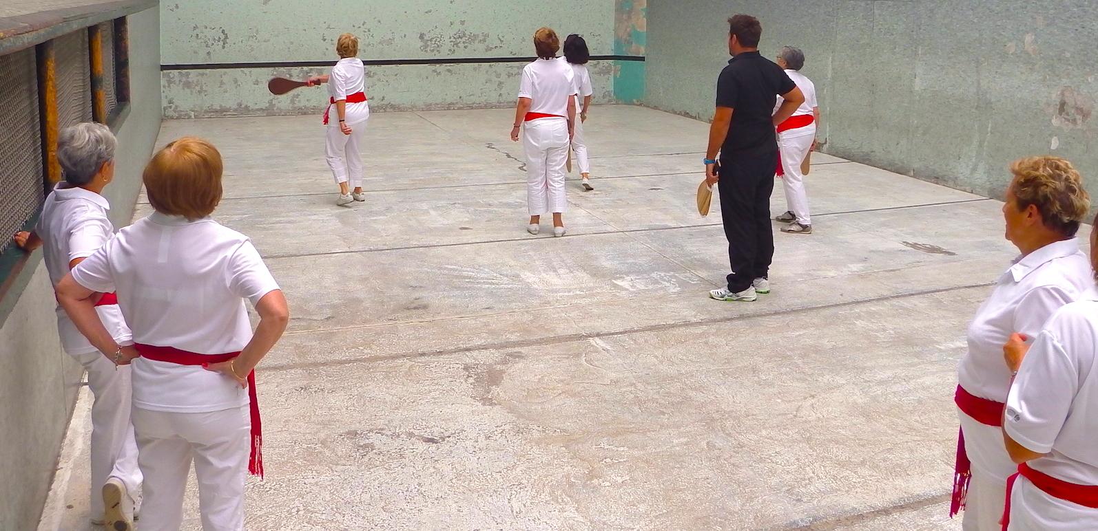 journée-visite-saint-jean-de-luz-agence-voyage-pays-basque-initiation-pelote-basque-12