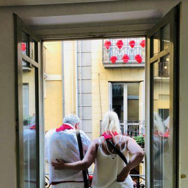 agence voyage pays basque sejour stay trip evasion San Fermin feria Pampelune pamplona coureur encierro petit déjeuner balcon torros