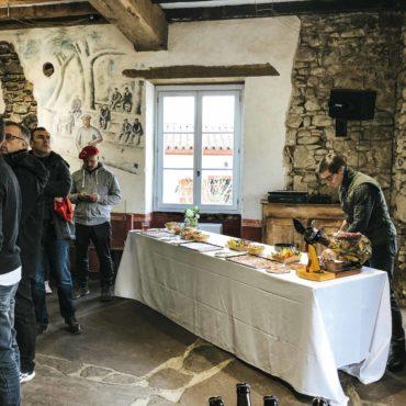 Après un apéritif autour d'une dégustation de Vin d'Irouléguy avec notre viticulteur, et une découpe de jambon, notre chef Zikiro, méchoui basque, vous concoctent un dîner typique des Bergers Basques, un instant gastronomique convivial et authentique autour d'un agneau de lait cuit et confit, au feu de bois.